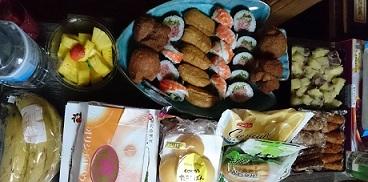 お寿司とフルーツとパンも
