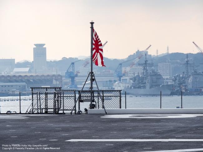 空母いずも ヘリ甲板 旭日旗(自衛艦旗)