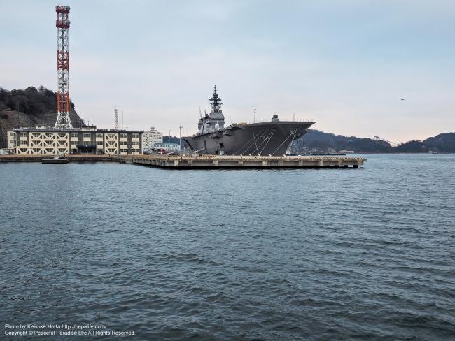 ヴェルニー公園より撮影した海上自衛隊の横須賀基地と空母いずも
