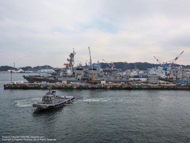 自衛隊タグボートと米海軍の艦船