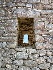 180px-Stone_windows_macchupichu.jpg