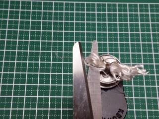 グラスファイバーをハサミで切る
