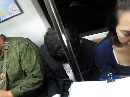 電車でうたた寝、安心君かイヤアラーム(Ear Alarm)が必要な写真