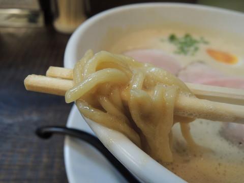 豚CHIKIしょうゆラーメン(大盛)の麺