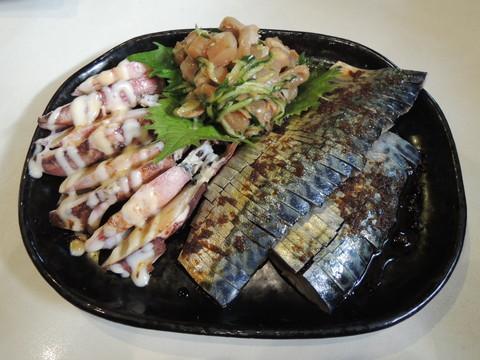 おまかせおつまみ(サバ、イカ、赤貝か何かの貝)