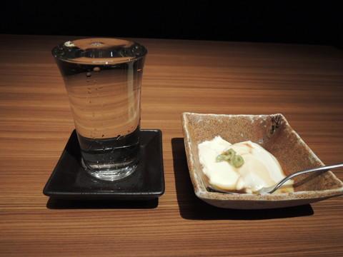 日本酒「獺祭等外」(745.2円)と前菜(つきだし)(378円)