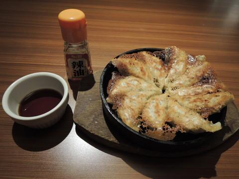自慢の鉄板餃子(356.4円)