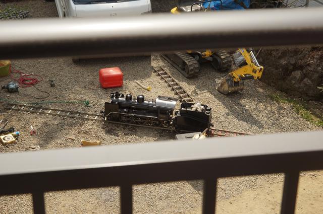 ベランダから汽車を見下ろす
