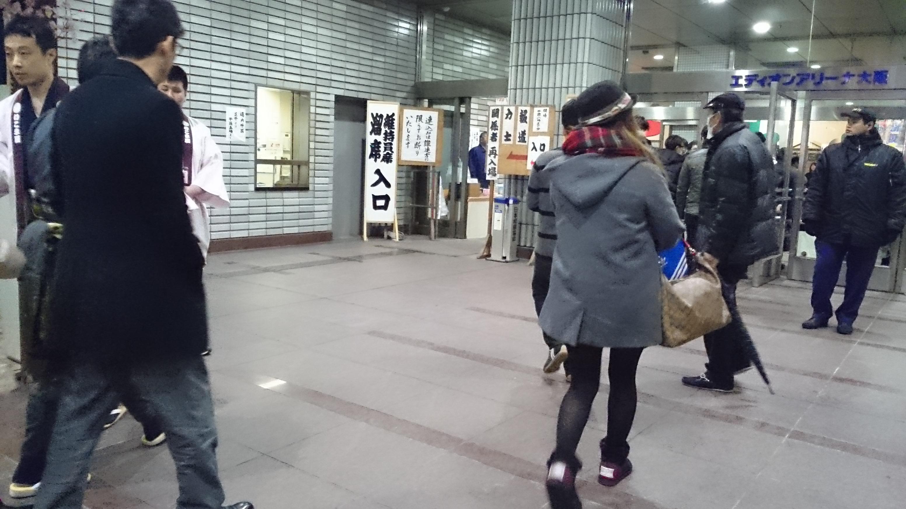 入り口のお店の広場