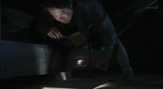 天井裏から、なにやら怪しげな煙を部屋に流す佐助 真田丸