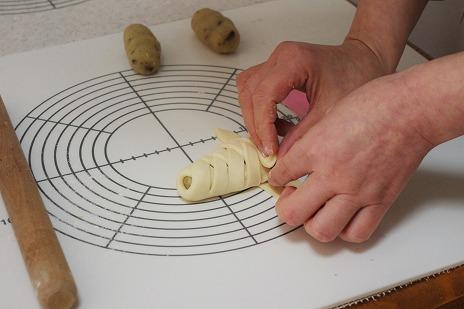お芋パン、編み込み中