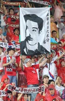 wst1601300018-p4_日韓戦で韓国のサポーターが掲げた安重根を描いた白布(山田喜貴撮影)