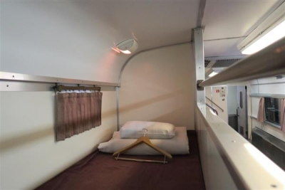 JR全国最後の急行列車「はまなす」。人気のカーペット車両の上段=2月22日、札幌市手稲区の札幌運転所(杉浦美香撮影)-p3