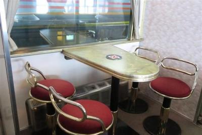 JR全国最後の急行列車「はまなす」。団らんできるようにテーブルと椅子が備え付けてある=2月22日、札幌市手稲区の札幌運転所(杉浦美香撮影)-p8