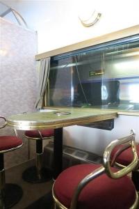 JR全国最後の急行列車「はまなす」。団らんできるようにテーブルと椅子が備え付けてある。ライトもレトロな雰囲気だ=2月22日、札幌市手稲区の札幌運転所(杉浦美香撮影)-p11