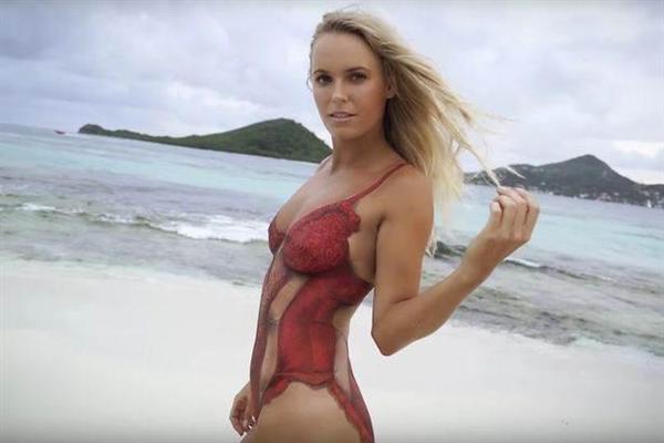 セクシーなボディーペイントした水着姿でスポーツ・イラストレイテッド誌を飾ったキャロライン・ウォズニアッキ。(本人のツイッターから)_prm1602280003-p6