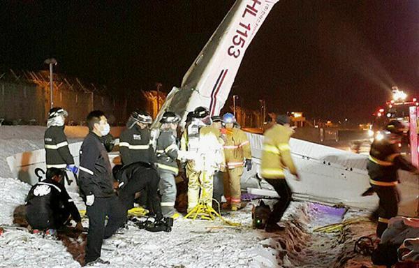 金浦空港で墜落した軽飛行機=28日、ソウル近郊(聯合=共同)_wor1602280043-p1