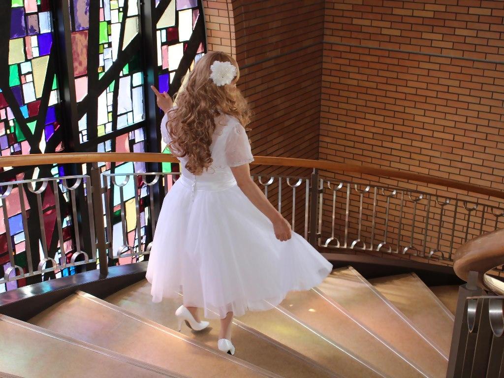 白ショートドレス階段横画像E(18)