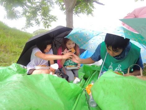 傘を差しロケ弁