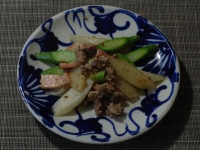 ウドとアスパラガス、ベーコンとサルシッチャ炒め