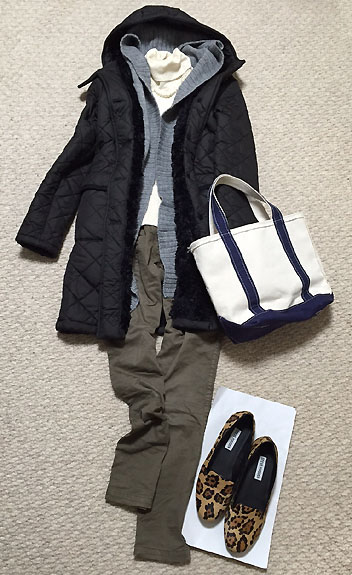 マッキントッシュのコートにニットカーディガンはとても暖かいです。