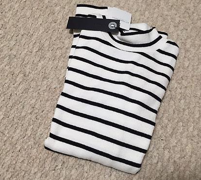 最後の最後で衝動買い…ボトルネックTシャツです