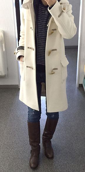 「白ダッフル×デニム×ブーツ」の定番コーデ