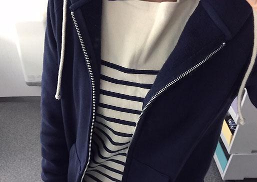 「白×紺ボーダー」にはカラースカートで
