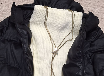 中はミドルゲージのハイネックセーターです