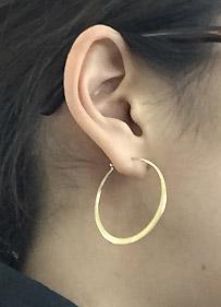 耳はフープピアス