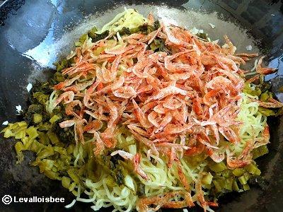 (6)高菜に続いて桜えびを加えるdownsize
