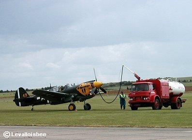 次のフライトに向け給油中のP-40ウォーホーク(IWMにて)REVdownsize
