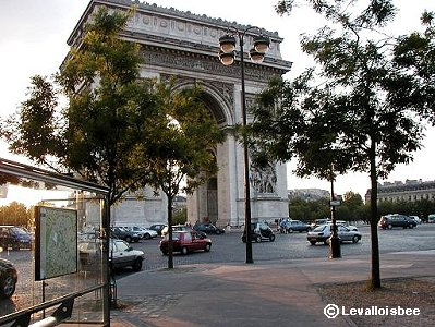 Paris 朝の陽を浴びる凱旋門downsize