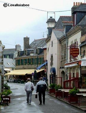 雨上がりのVille Closeを歩く観光客のオジさんたちREVdownsize