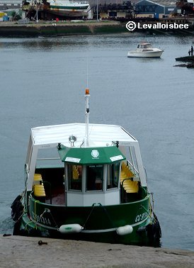 客待ちの渡し船コンカルノーと対岸を結ぶdownsize