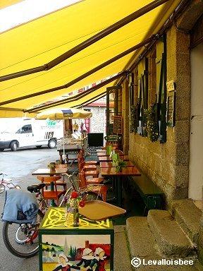 ちっちゃなカフェの黄色いテラス席downsize