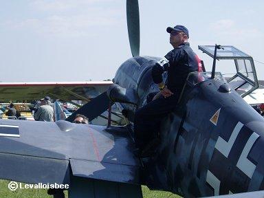 Bf109のコックピットでかっこよくポーズのオジさんdownsize