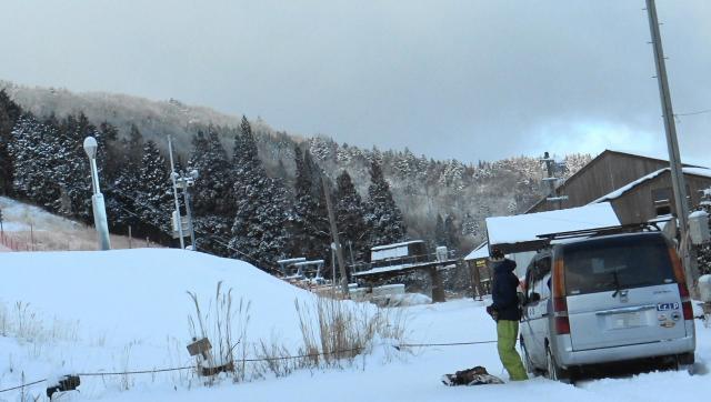 先客がスノーボーディングの準備