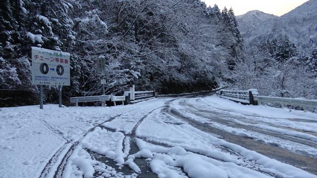 二番目のチェーン着脱場から路面にも雪