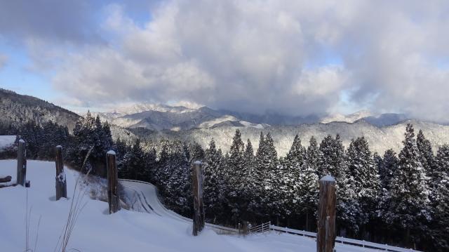 北西方向の矢筈山のほうが積雪は多いはず