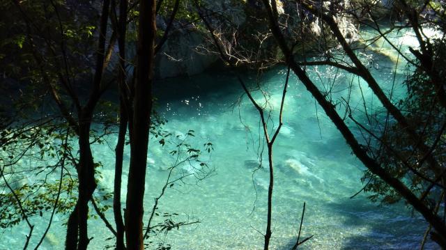 青い貞光川