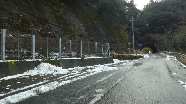 トンネルのあたりから雪がある
