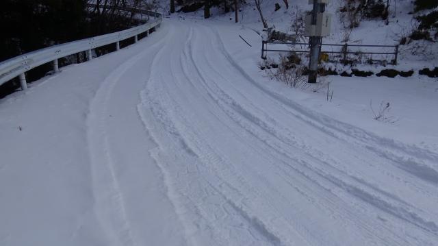 雪見客の車が来て圧雪してくれてます