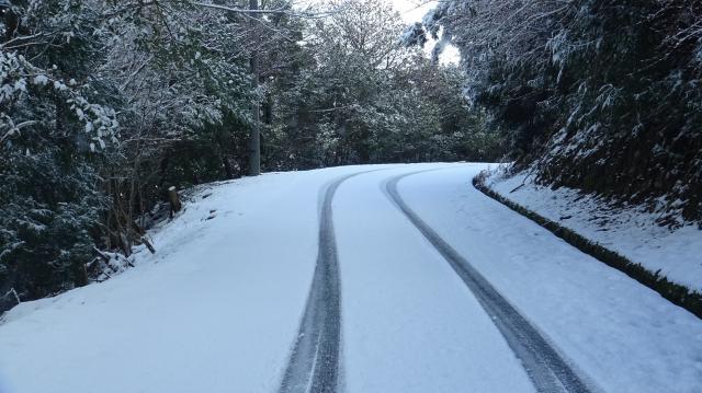 山の北斜面では路面が凍結している