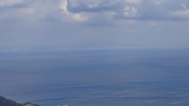 神戸市とその背後の六甲山が見えるが、分かりづらい