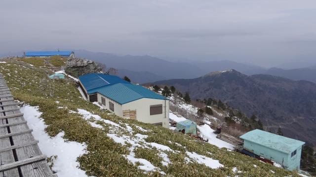 剣山頂上ヒュッテの青い屋根