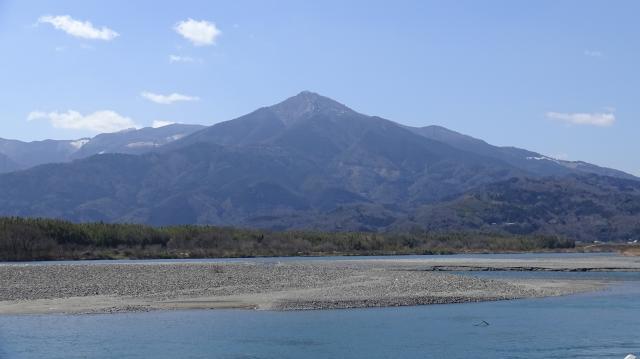 吉野川から見た高越山(標高1133m)