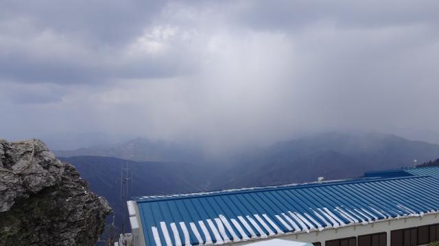 積雲の下に、降雪の緞帳 (どんちょう) が降りてくる