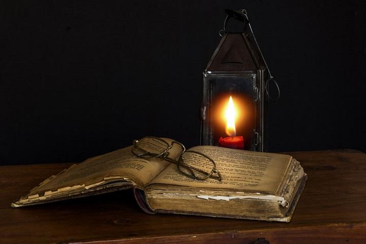 フリー画像古い書物と炎