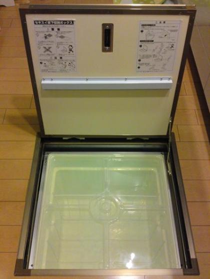 20120529005_床下収納の扉を開く